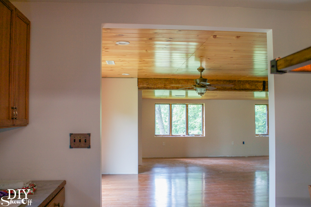 Before and after home improvement project - ceiling with a gorgeous faux beam @diyshowoff